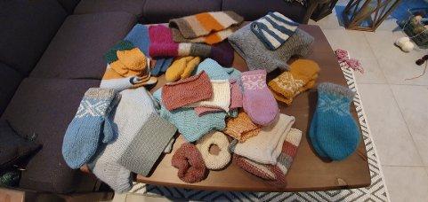 FORSKJELLIG: Sitteunderlag, votter, gensere og andre lekre ullting har de tre jentene strikket.