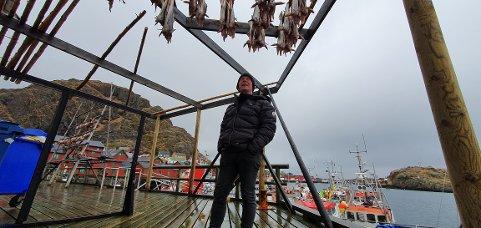 Ronny Østrem ser opp på fisken som han kan selge til turistene.