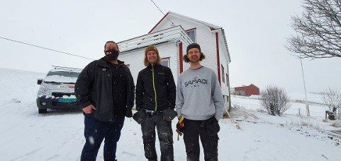 Stig Johansen, Mats Slaastad Birkelund og Olaf Kielland foran småbruket som skal restaureres.