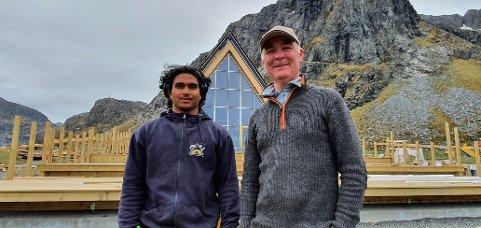 Lars Alok Benjaminsen og Per Benjaminsen utenfor nybygget på Flakstad. Lars er snekkerlærling inne i bygget.