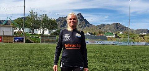 Eirin Sørensen ved sitt andre hjem, fotballbanen på Ballstad.