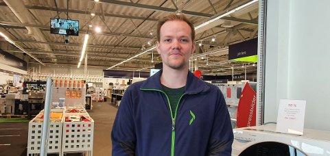 Jørgen Ditlefsen på Elkjøp, hvor han blir å jobbe i supportavdelingen fremover. – På fritiden liker jeg å være ute, game og lese om biler.