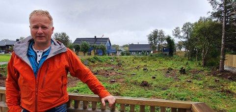 Oddbjørn Pedersen foran tomta der det skal bygges firemannsboliger.
