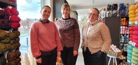 Victoria Berg, Relida Elvestrand og Grete Iversen inne på Gretes håndarbeid.