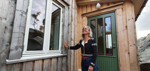 Marianne Thallaug Wedset foran inngangen til huset.