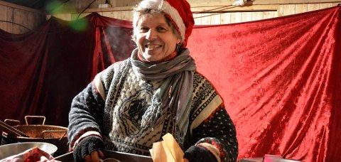 Allan Ellebye og hans brente mandler er et kjent innslag i julegata på Lillehammer. Nå gjør Korona det vanskelig for dansken å komme seg til Norge