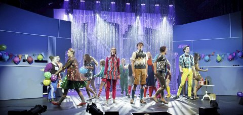 STORE ENSEMBLENUMMER: Forestillingen «Loserville», som spilles av Teaterkråkene, inneholder mange store ensemblenummer, som både byr på dans, sang og massevis av energi og glede. Som publikummer blir man støl i taktfoten. Denne forestillingen er verdt å se! Alle