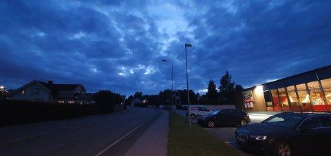 MØRKT: Det er bare Coop Extra og lys fra husene som lyser opp store deler av Tronvikveien.