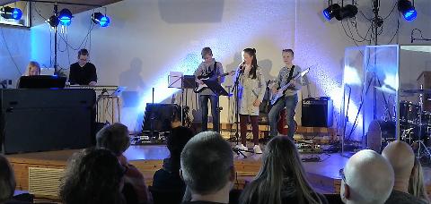 Fullt hus når bandskolen holder konsert. Selma (vokal) og bandet får trampeklapp.