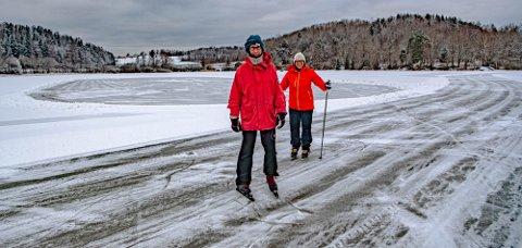 Jan Reiling og Åslaug Borgan holder rundetidene selv om skøytebanerunden er over 7 kilometer lang. Her er de halvveis på førsterunden.