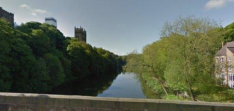 Elvebredden i Durham med grønne trær, som Torp tenker seg området langs Farriselva.
