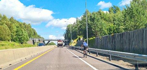 ULOVLIG: Motorveien er et av de få stedene man skal kunne slippe unna syklister på bilveien - eller kanskje ikke?