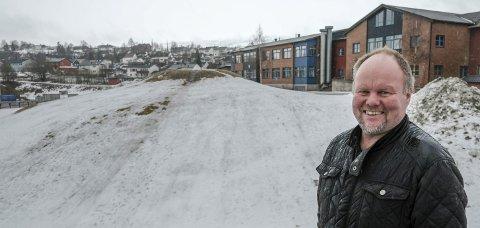 FORNØYD: Gruben ILs Leif Sagen er veldig fornøyd med de reviderte planene som nå foreligger for et nytt allaktivitetshus på Gruben, en hall som kommer i tilknytning til den nye barneskolen som skal bygges på området.Foto: Øyvind Bratt