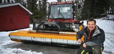 Tråkkemaskinen på Skillevollen Alpinsenter er enn så lenge ikke utstyrt for å skuffe snø, men for å stusse busker og kratt. – Her er det beitepusser som gjelder akkurat nå, smiler driftsleder Kurt Vonheim ironisk. Foto: Øyvind Bratt