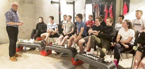 SEMINAR:  Tidligere landslagslege, Fredrik S. Bendiksen, kåserte om hvordan idrettsutøvere skal holde seg friske, og hva man bør gjøre når man først blir syk. Foto: Eirik Bjørkmo