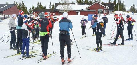 Skisesongen 2020/21 er i gang. Mandag møtte denne rekordstore gjengen med langrenns- og skiskytterjuniorer opp til trening på flott skiføre på Skillevollen – altså den 4. mai. Foto: Trond Isaksen