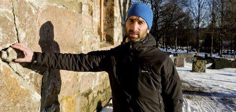 ALVORLIG: Kirkeverge Peter B. Straumann viser her sprekker i muren og løse mursteiner på veggen på Skedsmo kirke.alle foto: Tom Gustavsen