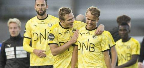 Størst: Erik Næsbak Brenden (t.h.) ble hyllet lagkameratene og fikk bonus av faren etter seieren i Sandefjord.  Foto: NTB scanpix