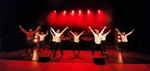 Ensemblet på scenen under fjorårets Nesrevy