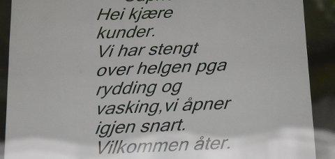 MÅTTE STENGE: Capricorn hadde hengt opp denne plakaten på døra etter Mattilsynets besøk fredag. FOTO: Vibeke Bjerkaas
