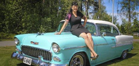 PINUP: Mona Olsen (42) i ekte pinup-stil: Med stramt blyantskjørt, oppsatt hår og på panseret til en amerikansk veteranbil.