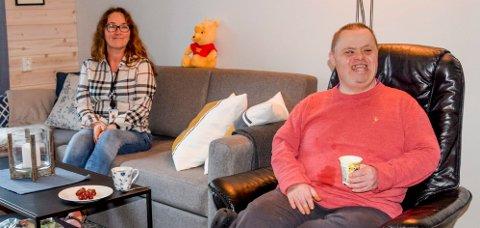 Odd Ramfjord storkoser seg i den nye leiligheten. Psykiatrisk hjelpepleier Ann-Mari Ingebrigtsen synes også boligen har blitt fin.