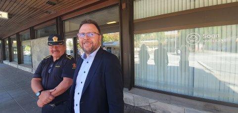 NØGDE: Tenestestadleiar Magne Knudsen (t.v.) og adm. banksjef Mads Indrehus seier oppgraderinga av bankbygget i Lærdal vil gje dei tilsette i banken og politiet gode arbeidsplassar.