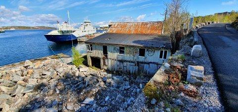 Dalasundet: Her på området til Dale industripark ved Nordsundbrua blir det rydding og opprydding av falleferdige bygg og brygge.