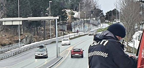 Onsdag var UP på plass både på Kirklandet og Nordlandet for adferdskontroll i trafikken. På bildet er en bil stanset ved Nordsundbrua. Til sammen ti førere fikk forelegg for bruk av mobiltelefon, mens én fører brøt vikeplikten for gående i fotgjengerfelt.