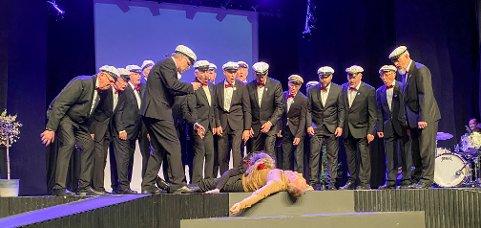 FINALE: Man kan (kanskje) dø av skitne klær og kjærlighet Steinkjer mannskor leverte en «grande finale» under sin jubileumsrevy fredag kveld.