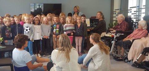 GENERASJONSSANG: Over femti førsteklassinger fra tre klasser besøkte forrige tirsdag VLMS, hvor de sammen med pasienter på korttidsavdelingen sang kjente og kjære sanger av blant andre Alf Prøysen.
