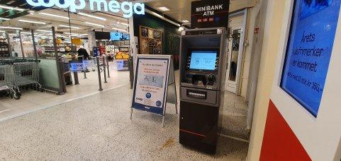 SATTE OPP MINIBANK: Onsdag formiddag ble det satt opp minibank på Hagansenteret.