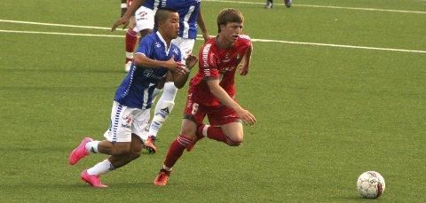 Visitt: Drøbakgutten Magnus Hart fikk en stri tørn mot Peder Mæhle på midtbanen.foto: torbjørn larsen