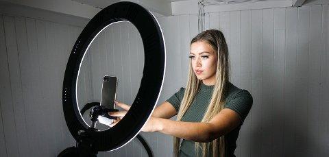 STUDIO: Kjørmo har laget seg et lite hjemmestudio, hvor hun lager mange av videoene hun legger ut på TikTok for å nå sine nesten én million følgere. De dagene hun lager videoer kan hun bruke mellom to og seks timer på hele produksjonen.