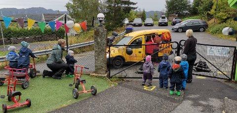 FEIRING: Stas at pizzabilen kom på besøk i barnehagen. Her blir den tatt vel i mot av barna på Veslefrikk.