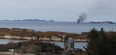 Fritidsbåten tok fyr og flammene var godt synlige fra fastlandet.