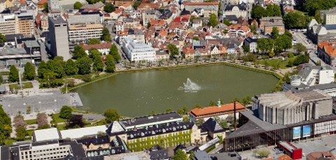 Bergen Live foreslår sceneområde på Festplassen, vendt mot bystasjonen. Publikum skal stå på et vannspeil på Lille Lungegårdsvann.