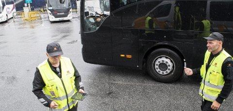 Statens vegvesen bruker mye ressurser på kontroller av tungtransport. Her gjennomfører inspektør Terje Bødtker (t.h.) og hans kollega Roald Berentsen utekontroll på Skolten i Bergen.