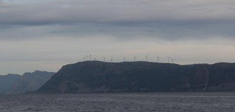 – Vindkraftlobbyen er like sterk og har dei same økonomiske ressursane som før, skriv artikkelforfattarane. Arkivbildet frå Hennøystranda i  Bremanger,  Frøysjøen.