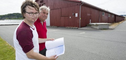 Må kjempe for informasjon: Einar Bratteng (til venstre) og Odd Ragnar Pedersen er blant innbyggerne som har engasjert seg i saken på Gressvik. Bratteng har på vegne av en rekke naboer kjempet hardt for å få innsyn i dokumenter i saken. Foto: Jan Erik Skau