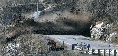 RASFARE: På grunn av høye temperaturer og stor fuktighet i bakken øker faren for jordskred. Dette jordraset gikk over Beisfjordveien i 2010.