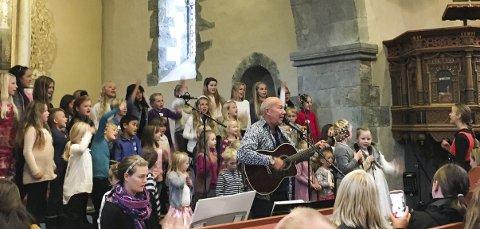 2016: Dette bildet er frå sist Bjarte Leithaug var i Kvinnherad kyrkje saman med 50 born frå heile kommunen i oktober 2016. (Foto: Privat).