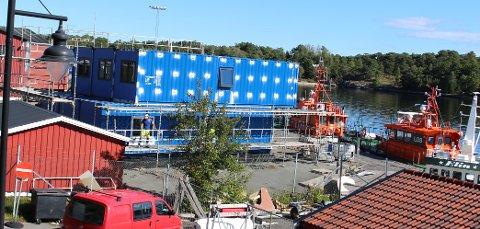 Seksjoner av containere settes sammen til det nye losbygget i Kongshavn i Langesund. Losbygget skal males i maritim rødfarge når det er ferdig.
