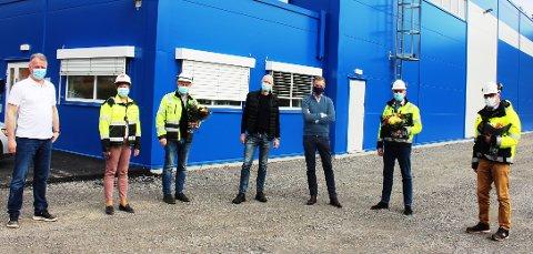 FABRIKK: Fresh Water Norway i Brevik har startet. Fra venstre fabrikksjef Petter Bjelland, Mette Clausen og Per Ole Morken fra Norcem, styreleder Alf Andersen og adm. dir. Sverre Hammer i Fresh Water Norway, Torben Jepsen og Finn Flogstad i Grenland Havn gratulerer.