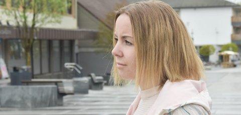 FALT: Silje Cathrine Sigvathsen (32) fra Brumunddal falt på jobb i 2016, og forteller at hun siden har hatt sterke smerter i ryggen. RB har sett dokumenter fra fastlegen og i saken, og forsikringsselskapet har blitt forelagt beskrivelsene fra Sigvathsen. Foto: Thomas Strandby