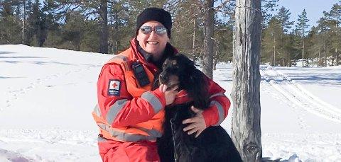KLAR: Geir (45) fra Ringerike og Hole Røde Kors har beredskap på Ringerike i påsken. Av erfaring regner han med at det blir noen turer i Nordmarka for å bistå skiløpere som har skadet seg. Her med sin trofaste følgesvenn Todd.