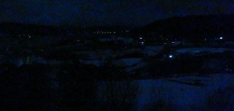 STRØMBRUDD: Bildet er tatt i Klokkerengveien i Jevnaker, hvor fotografen skuer nedover mot Randsfjorden. Samtlige husstander er mørklagt tirsdag kveld.