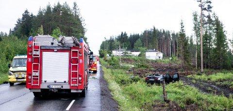 ALVORLIG ULYKKE: Bilen havnet utenfor veibanen etter å ha passert bakketoppen i høy fart.