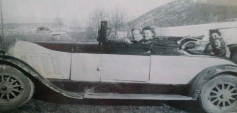 Her er hele familien til Thoralf samlet i bilen han kjøpte som 18-åring i 1946.