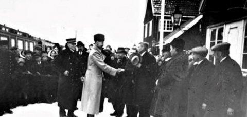 ÅPNING: Kong Haakon på Hjuksebø stasjon i 1920. Her fikk Sørlandsbanen forbindelse med Bratsbergbanen til Nordagutu.